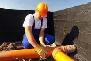 Dichtheitsprüfung von Abwasserleitungen: Die Überprüfung per ferngesteuerter Kamera bringt eventuelle Schäden an Abwasserleitungen ans Tageslicht